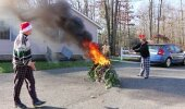 VIDEO - Halva kingituse saanud tüüp paneb jõulukuusele tule otsa