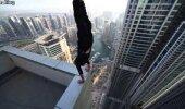 AJAB KANANAHA IHULE! Mees teeb kätelseisu pilvelõhkuja katusel