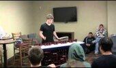 VIDEO: Mees ehitab ise endale instrumendi ning mängib selle peal uskumatuid asju