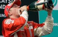 2007. aastal imeliselt F1 maailmameistriks tulnud Kimi Räikkönenile olivõidušampanja mokkamööda.