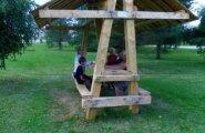 Ahula tehisjärve puhkeala täienes istumiskohtadega