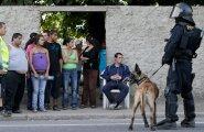 Romad ja tšehhid üldiselt omavahel läbi ei käi. Nende vastastikuse suhtumise - meie ja nemad - võtab hästi kokku see uudisfoto, kus märulipolitseinik omavoliliselt hoone hõivanud romasid visiiri varjust piidleb.