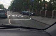 FOTOD SÜNDMUSKOHALT: Tori kuumaõhupalli õnnetuse väljakutsele sõitnud päästeautole ette jäänud sõiduauto paiskus eramaja aeda