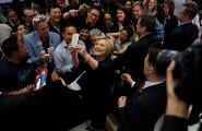 Kuna Hillary Clintoni toetus on rivaali omaga tasavägine, peab ta (keskel selfie't tegemas) Californias valijatega lisaüritusi korraldama.