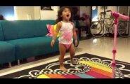 VIDEO: Lase end vabaks ja tantsi Adele'i saatel nagu see väike neiu!