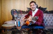 29. novembril 55. sünnipäeva tähistanud Urmas Sõõrumaa sai lastelt kingituseks kitarri ja õpibki nüüd pillimängu.