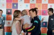 Tanel Kangert lennujaamas oma perega