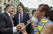Täna aasta tagasi tutvustas Ukraina president Petro Porošenko (vasakul) Odessa elanikele uut kuberneri Mihheil Saakašvilit (keskel).