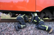 DELFI FOTOD SÜNDMUSKOHALT: Tallinnas sõitis jalgrattur rongi ette, ratas kiilus püsti rongi alla