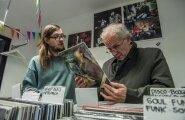 Eiki Nestor valib poeg Madis Nestori plaadipoes oma järgmiseks DJ-setiks sobilikku tantsumuusikat.