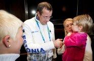 Toomas Hendrik Ilves käis sporti kiibitsemas ka Vancouveri olümpial ning kohtus seal Kristina Šmigun-Vähi ja tema lapsega.