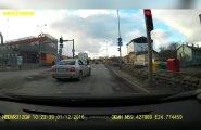 LUGEJA VIDEO: Autojuht sõidab punase tule alt läbi otse teed ületavate inimeste sekka