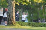 DELFI FOTOD ja VIDEO: Taavi Rõivas ja Luisa Värk vestlesid õhtusöögi eel Kõltsu mõisa suveaias Angela Merkeliga