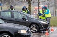 Politsei kontrollis talverehvide seisukorda. Lauluväljaku juures