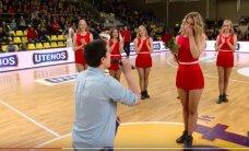 VIDEO: Leedus tehti Meistrite liiga mängu ajal tantsutüdrukule abieluettepanek