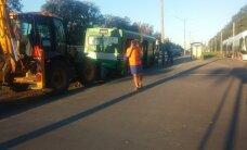 FOTOD: Tallinnas Peterburi teel sõitis varahommikul traktor bussile tagant sisse
