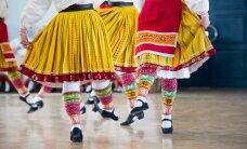 GALERII: Kirevad rahvariideseelikud ja rõõmus meel: naised valmistuvad suviseks tantsupeoks