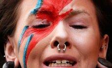 FOTOD: Mälestusavaldused võtavad võimust! Pealaest jalatallani ehitud Bowie fännid üle maailma on pisarais