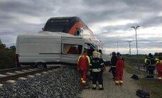 ФОТО: В Ярвамаа на железнодорожном переезде столкнулись поезд и фургон, движение нарушено