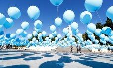 """ФОТО: В память о жертвах депортации — тысячи голубых воздушных """"слез"""" на площади Вабадузе"""
