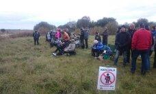 Jahmatav foto Saaremaa rallilt: publik seisab keelualas, turvamees vaatab käed taskus pealt