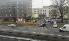 FOTOD: Tallinna kesklinnas jalutas maskis haamriga mees, üks politseinik sai kinnipidamisel viga