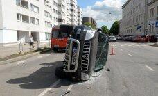 ФОТО DELFI: ДТП на Гонсиори в Таллинне — джип перевернулся на бок