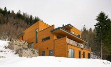 Mäenõlvale ehitatud eramu Norras