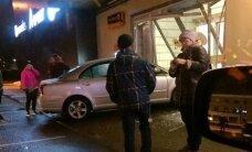 ФОТО и ВИДЕО: Автомобиль протаранил торговый центр в Кохтла-Ярве