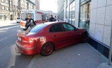 ФОТО: В центре Таллинна автомобиль врезался в бизнес-центр