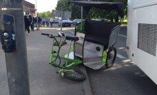 ФОТО DELFI: В Таллинне столкнулись велотакси и туристический автобус