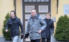 SDE juhtpoliitikud Indrek Saar, Sven Mikser ja Rannar Vassiljev lahkusid üheksa tundi kestnud kõnelustelt rõõmsameelselt.