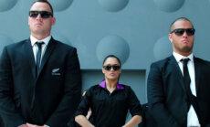 VAATA! Mehed Mustas annavad Uus-Meremaa lennufirmaga reisijatele turvainstruktsioone!