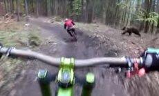 Ehmatav VIDEO: Slovakkias mägisel krossirajal sõitnud sõpru ründas ühtäkki vihane karu