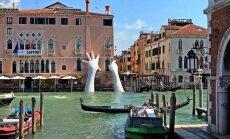 Гигантские руки поднялись из канала в Венеции