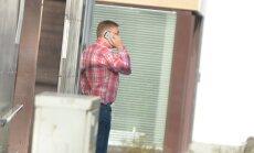 DELFI FOTOD: Krossi lahkumise järel tulid IRLi juhtfiguurid partei kontori ette närviliselt suitsu tegema ja telefoniga rääkima