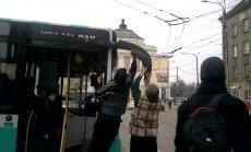 VIDEO: Linnaliinibussil tuli peegel küljest ära, kuid ühiste jõududega tehti buss korda