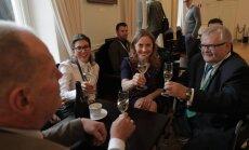 DELFI FOTOD: Keskerakondlased lõid Savisaarega rõõmsalt šampuseklaase kokku