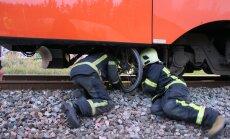 DELFI FOTOD: Tallinnas Järvevana ülesõidul jäi jalgrattur rongi alla