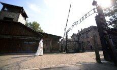 ФОТО и ВИДЕО: Папа римский посетил бывший лагерь смерти в Освенциме
