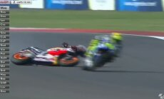 VIDEO: MotoGP pakkus lõpuringil dramaatilise kokkupõrke, võidu võttis Rossi