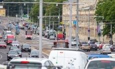 Pärnu mnt viaduktilt linna poole sõites näeb minutis ühte autot, mis on bussirajale eksinud.