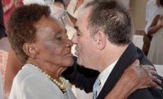 """Vot see on armastus! 106-aastane proua kihlus endast pool sajandit noorema """"poisikesega"""""""