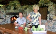 Mäeotsa talu Silvi ja Tiit Lõugas oma väliköögis teed nautimas.