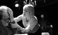 Eleegia armastusest ja surmast: isa (Lembit Peterson) ja tütar (Liina Olmaru)