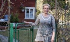 Anne Kalinina oma Elvas asuva kauni kodumaja väraval.