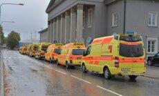 DELFI FOTOD: Ukraina haavatuid ootab Tallinna lennujaamas kümmekond kiirabiautot
