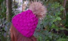 Purpursele mütsile on õmmeldud suisa litrid. Ka tuttide toon on erinev. Nii ei kordu ükski müts, olgugi et muster ja kuju on sama. Mõlemad on kootud varrastega nr 3.