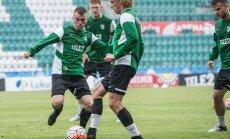 FC Flora vihmases Lillekülas mänguks valmistumas.