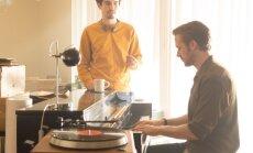 Damien Chazelle (vasakul) juhendamas võtetel ühte peaosatäitjat Ryan Goslingut.